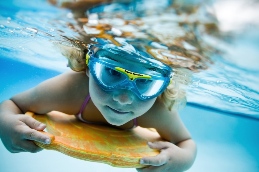 Vista Junior girl underwater
